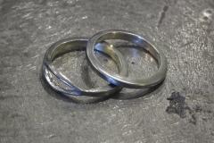 Kihlasormukset hopealusikoiden varsista