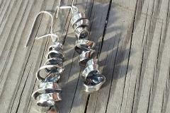 Lastu -korvakorut on kumpikin valmistettu yhden hopealusikan pesästä
