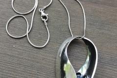 Armas -kaulakoru on valmistettu hopealusikoiden pesistä