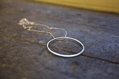 Aura -kaulakoru on valmistettu hopealusikoiden varsista
