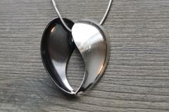Kultapieni -kaulakoru on valmistettu hopealusikoiden pesistä