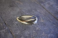 Avanto -rintaneula on valmistettu hopealusikan pesästä